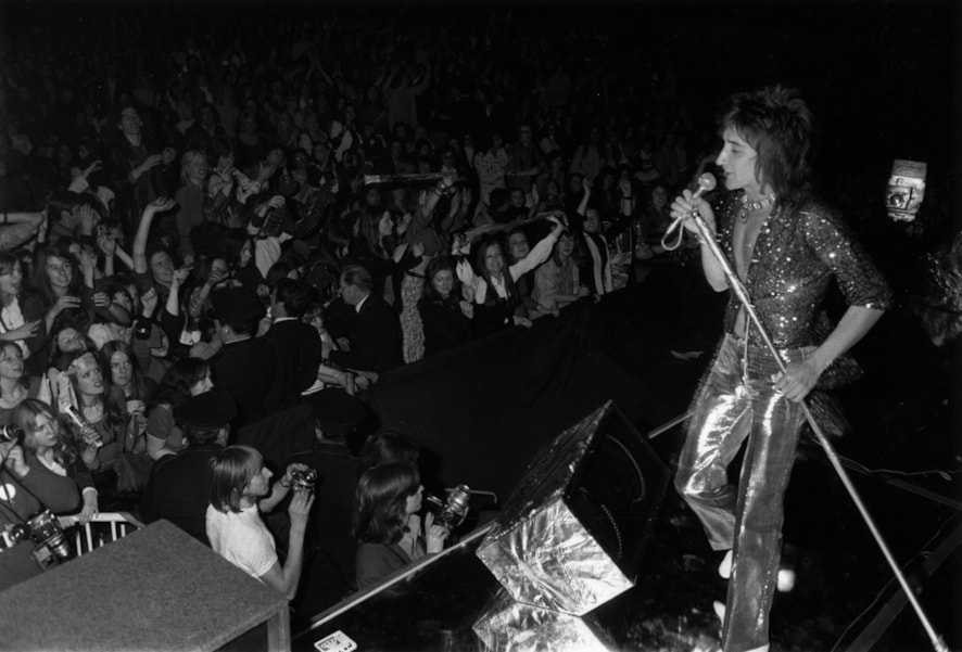 30th October 1972:  Rod Stewart singing at a Faces concert during a music festival at Wembley Stadium, London.  (Photo by P. Felix/Express/Getty Images)